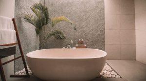 Nieuwe badkamer met badkuip